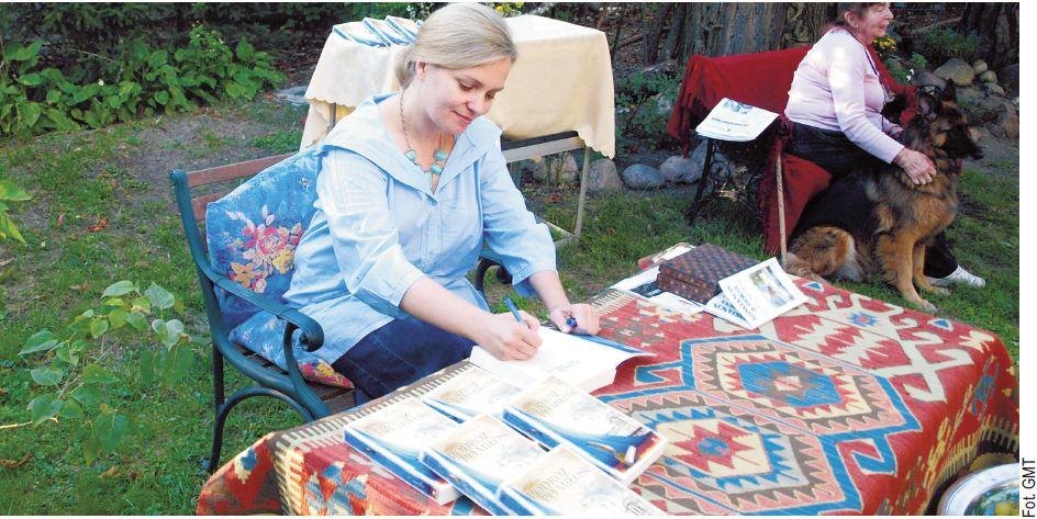 """w gościnnym ogrodzie willi Moja przy ul. Sienkiewicza swoją książkę """"Podróż po miłość. Emilia"""" podpisywała Dorota Ponińska"""