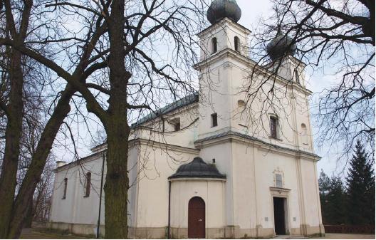 Barokowa świątynia była pierwotnie jednonawowa. Nawy, wieże, portyk i zakrystię dobudowano na początku XX w. w stylu neobarokowym